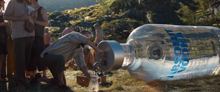 """Thu nhỏ người quả thực là một ý tưởng táo bạo và thông minh để tiết kiệm nhiên liệu khi mà chỉ cầnmột chai rượu Vodka cũng đủ để chuốc say """"cả làng"""""""