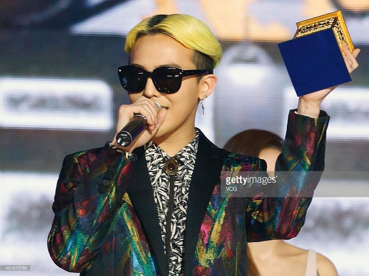 G-Dragon 1 mình ẵm 4 cúp lớn tại MAMA 2013.