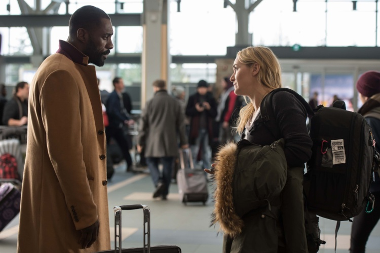 Bác sĩ Ben Bass (Idris Elba) và phóng viên ảnh Alex Martin (Kate Winslet)