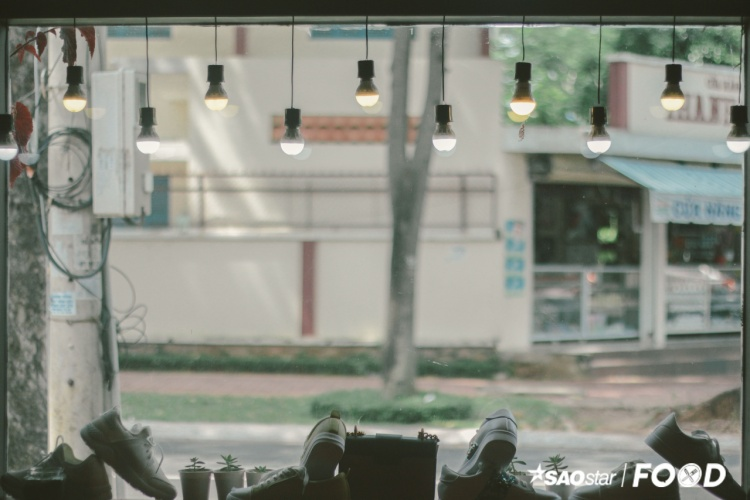 Nằm toạ lạc trên đường Lý Thường Kiệt, gần sát trung tâm thành phố biển Vũng Tàu có một quán cà phê vô cùng thú vị - The Coffee Shoes. Sở dĩ có cái tên như vậy là quán cà phê vừa có nước uống và vừa bán giày.