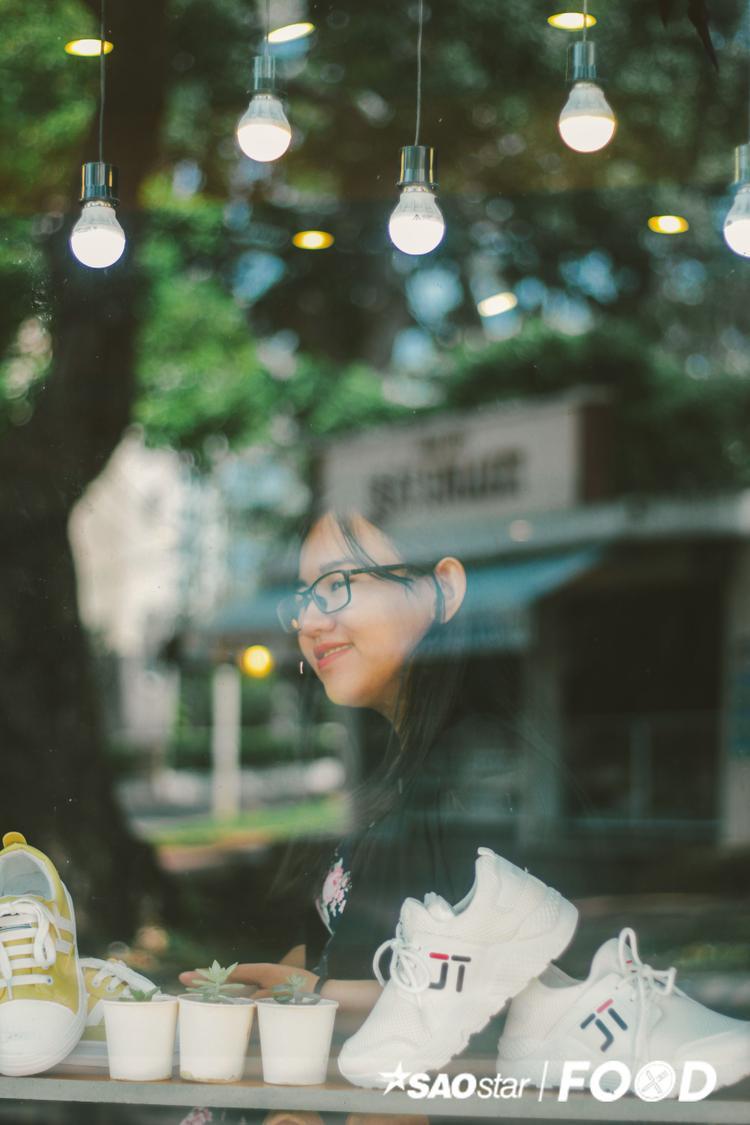Nếu bạn thích chụp một kiểu ảnh thì chỗ ngoài cửa kính là phù hợp nhất, nếu đứng từ ngoài chụp vào sẽ có một kiểu ảnh rất lung linh.