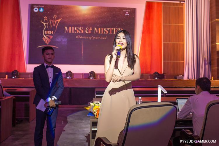 Người mẫu Chế Nguyễn Quỳnh Châu nhận xét từng thí sinh trong cuộc thi.