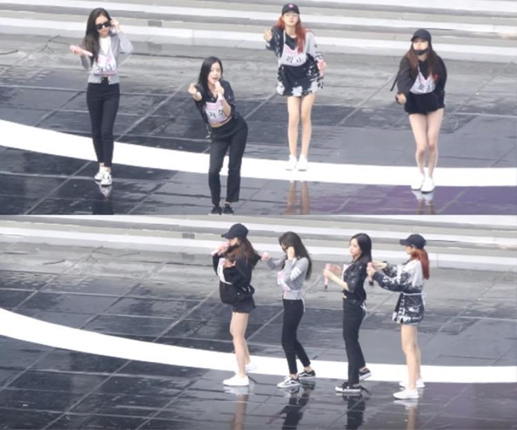Jennie dường như gặp sự cố với chiếc tai nghe trên sân khấu.