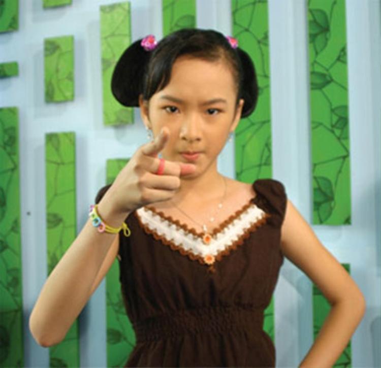 """Cô càng được khán giả yêu thích thông qua vai diễn bà mẹ nhí cô cùng ngây thơ, đáng yêu trong bộ phim cùng tên sản xuất năm 2006. Angela Phương Trinh còn được ưu ái mệnh danh là """"thần đồng diễn xuất"""" nhí của làng điện ảnh Việt lúc bấy giờ."""