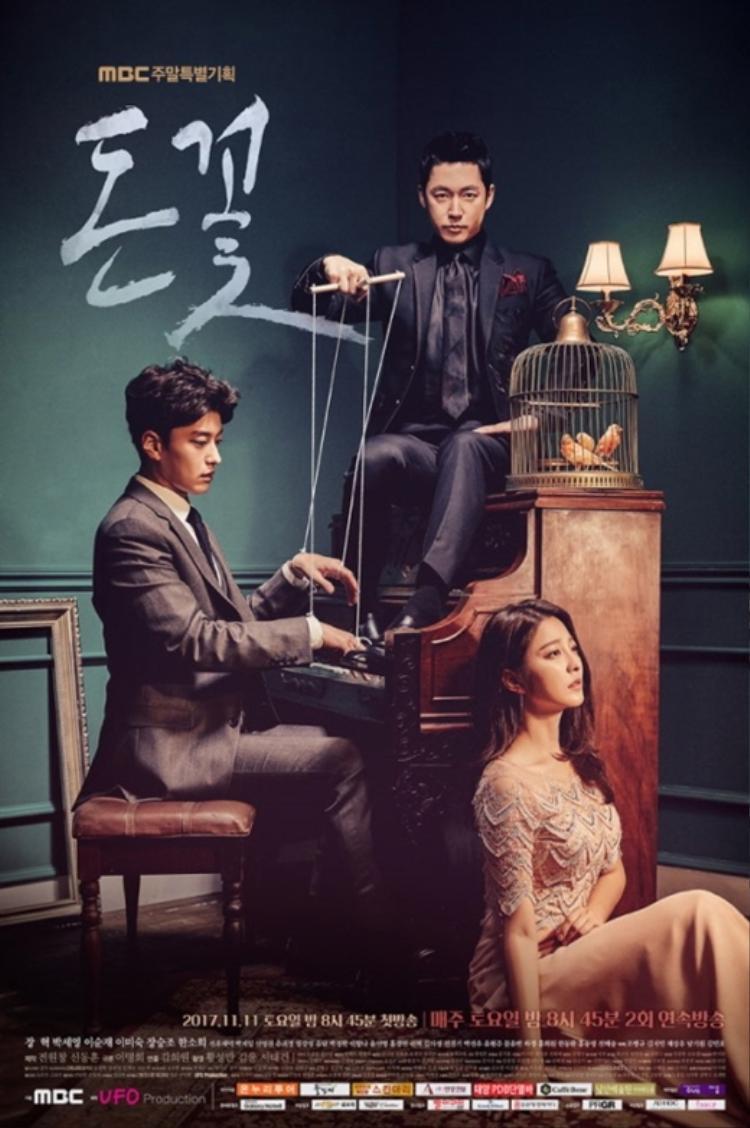 Trong poster, có thể thấy Jang Hyuk như một người đàn ông nắm quyền lực trong tay, đang điều khiển con rối là Jang Seung Jo, Park Se Young đang nhìn xa xăm ở đâu đó, cùng ba con chim đang bị nhốt trong một chiếc lồng. Tất cả mang đến cho người xem rất nhiều liên tưởng và biểu tượng.