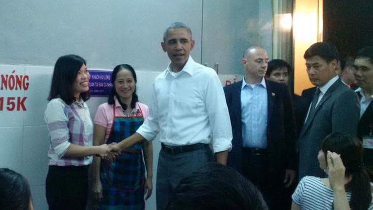 Tổng thống tiền nhiệm Obama đã gây ấn tượng tốt khi đến một hàng bún chả truyền thống của Hà Nội để dùng bữa tối. Ảnh: Thanh Niên.