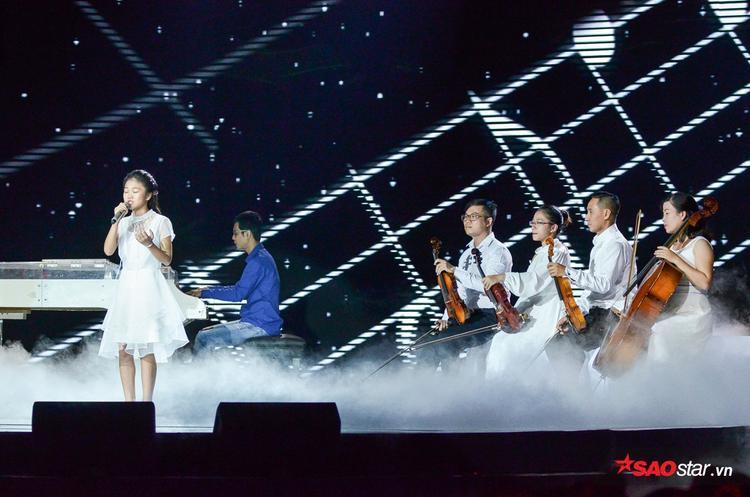 Như Ngọc tái hiện bản hit quốc dân Em gái mưa cùng dàn nhạc.