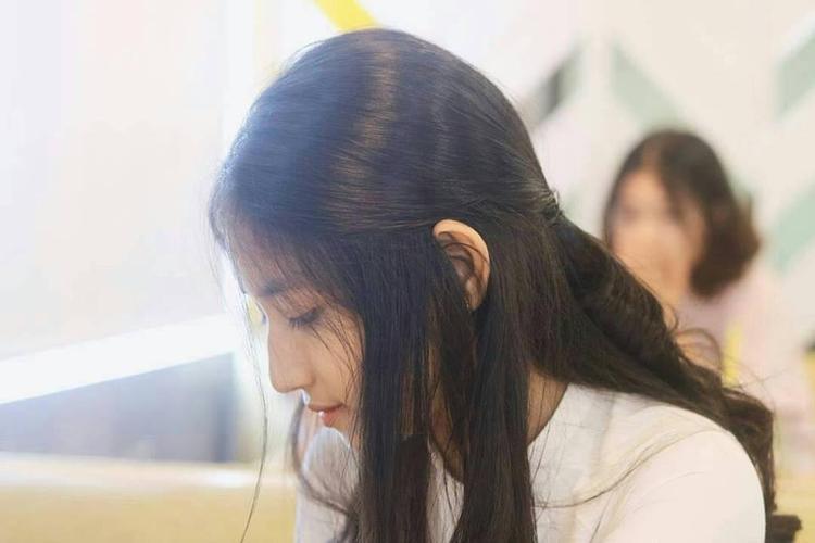 Nữ sinh 2002 của xứ Huế - Phan Hoàng Minh Châu - phút chốc nổi tiếng vì góc nghiêng vô cùng hoàn hảo của mình.