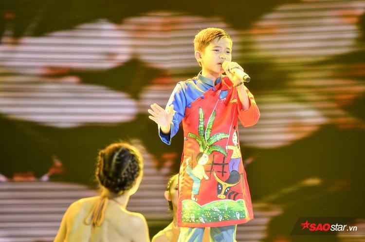 Ngọc Ánh quặn lòng với Bà Năm, cô trò Vũ Cát Tường cùng Về miền Tây rao hàng ngay trên sân khấu