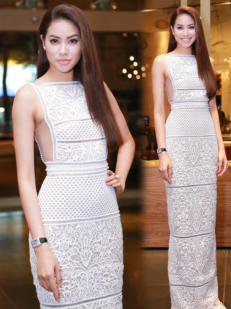 Đảm nhận vai trò HLV tại The Face 2016, Phạm Hương gây ấn tượng với phong cách thời trang biến hóa linh hoạt. Trong hình cô dịu dàng, thanh lịch với váy trắng, họa tiết ren đối xứng thời thượng. Mái tóc suôn mượt ăn khớp tạo tổng thể hài hòa.