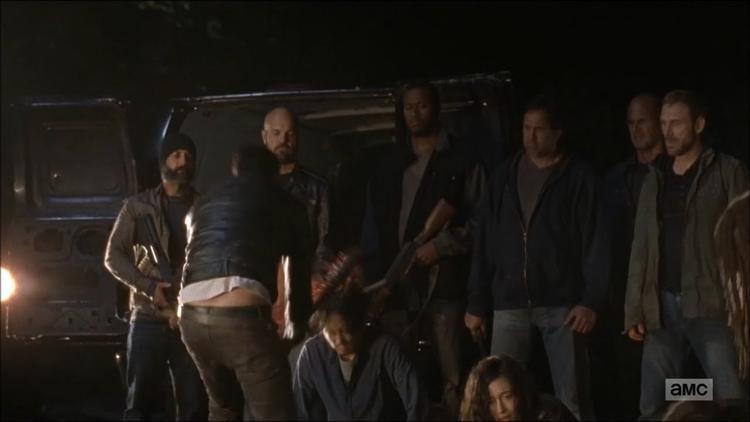 Negan dùng gậy đập mạnh vào đầu Glenn.