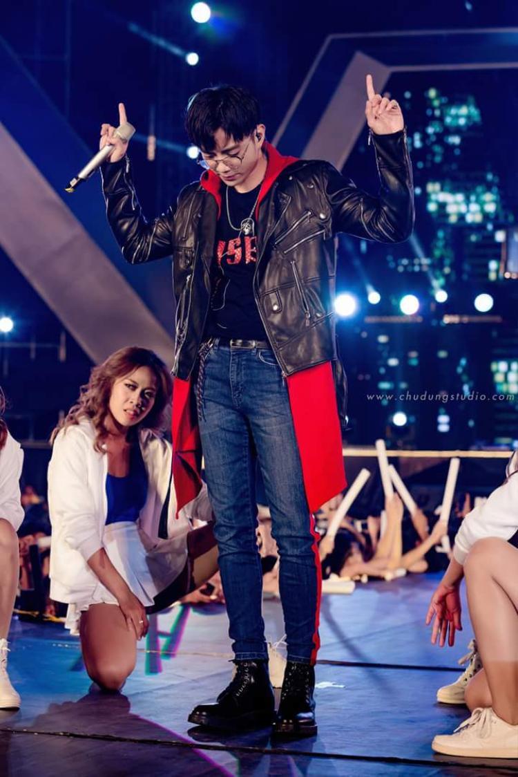 Soobin Hoàng Sơn cá tính trong chiếc áo khoác da phối đắp vải, cùng áo thun đen in typo và skinny jeans deep blue. Có lẽ áo khoác dáng dài đang là key items hot nhất mà các celeb lựa chọn nhằm tăng điểm cá tính.