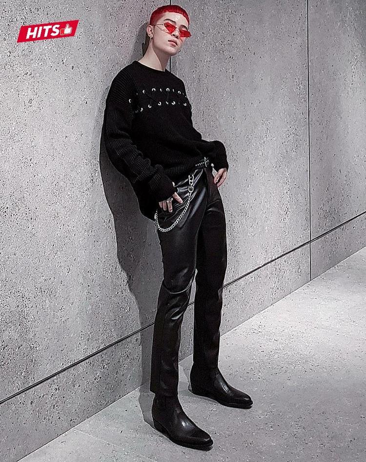 Không hổ danh là một trong những stylist hàng đầu Việt Nam, Kelbin Lei diện outfit với gam màu đen đặc trưng, nhấn nhá dây xích cùng điểm sáng đắt giá là mắt kính đỏ họa tiết hình học lạ mắt.