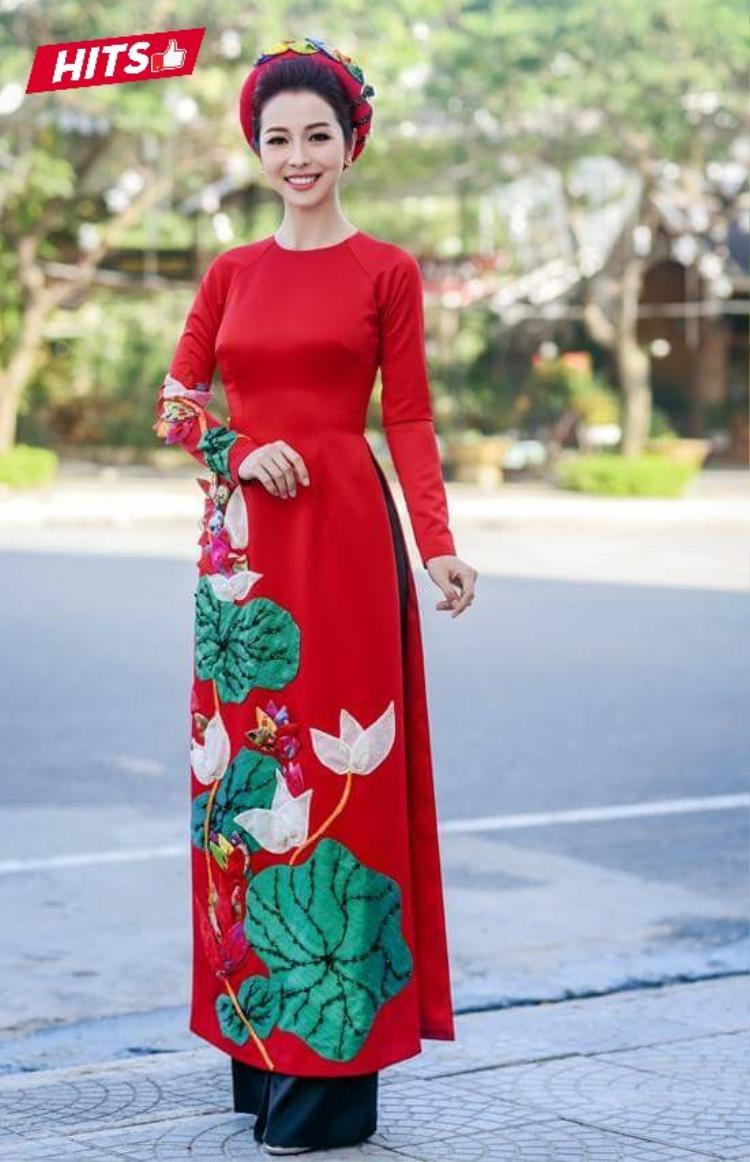 Cùng say mê tà áo dài, phải kể đến Jennifer Phạm khi cô vinh dự đảm nhận vai trò MC trong đêm tiệc chiêu đãi chào mừng Hội nghị lần thứ 25 các nhà lãnh đạo kinh tế APEC với sự tham gia của các nguyên thủ các quốc gia. Mẫu áo tông màu đỏ thêu đắp nổi họa tiết hoa sen đi cùng mấn cách điệu tạo cảm giác nền nã, dịu dàng đầy ý nhị.