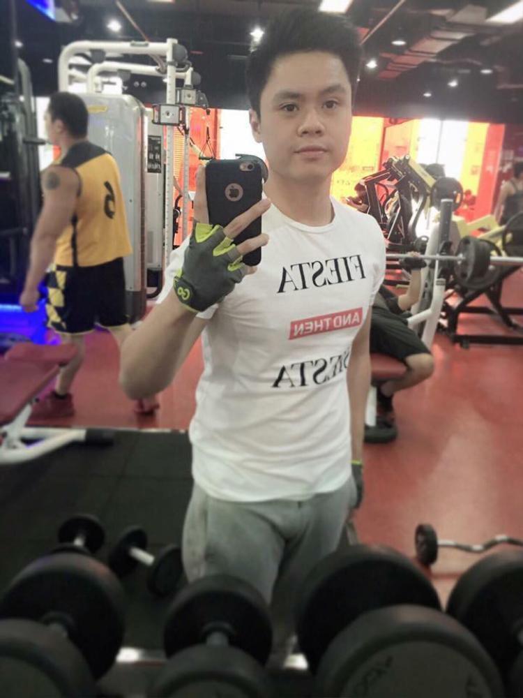 """Phan Thành còn từng đăng ảnh """"check-in"""" cùng chiếc áo này ở phòng tập gym."""