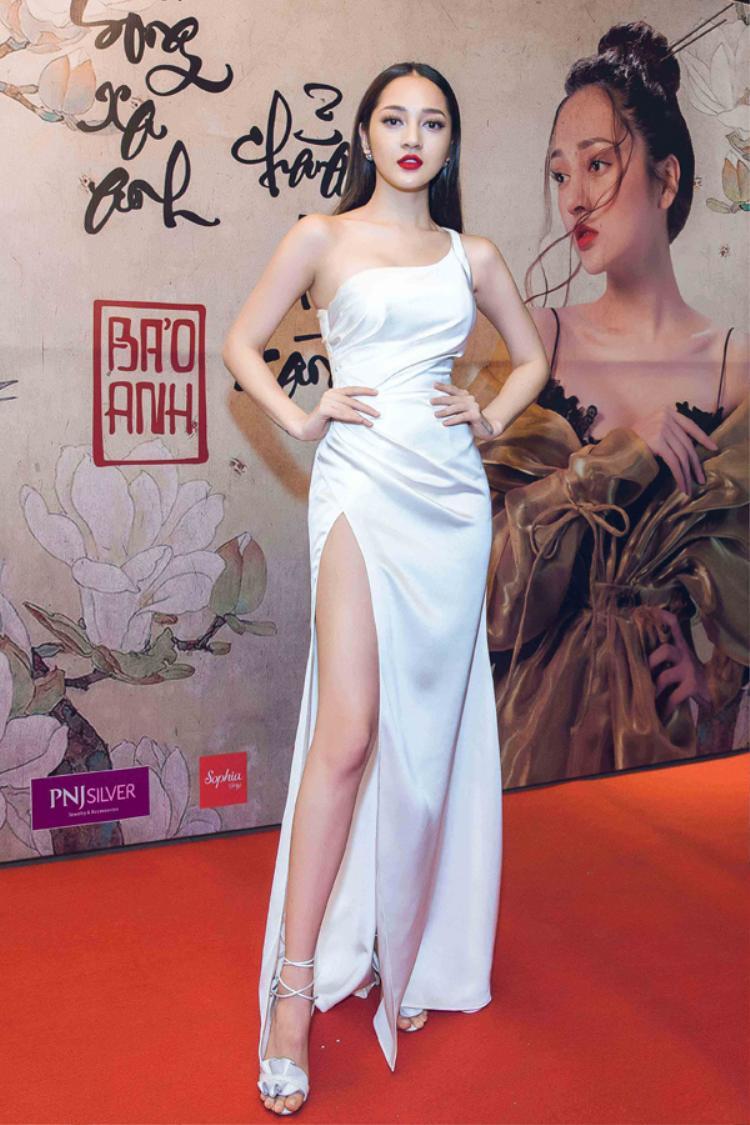 Gần đây nhất, bộ váy trắng ôm sát xẻ cao khoe đôi chân thon dài mà Bảo Anh Diện nhận được sự yêu thích của đông đảo khán giả. Bộ váy lọt top trang phục đẹp của tuần vừa qua.