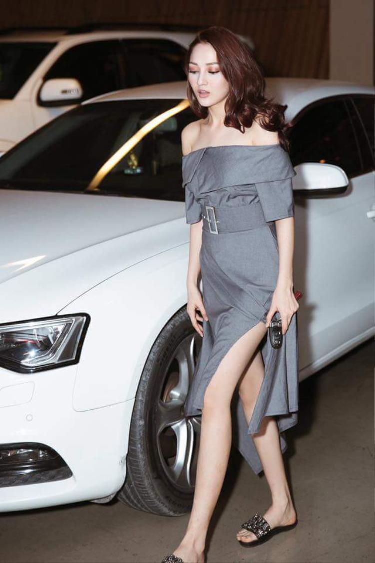 Kiểu váy vai ngang, chân váy xẻ tông màu xám đi kèm kiểu tóc bồng, xoăn sáng giúp cô nàng trở nên thật sự sang chảnh, quyến rũ.