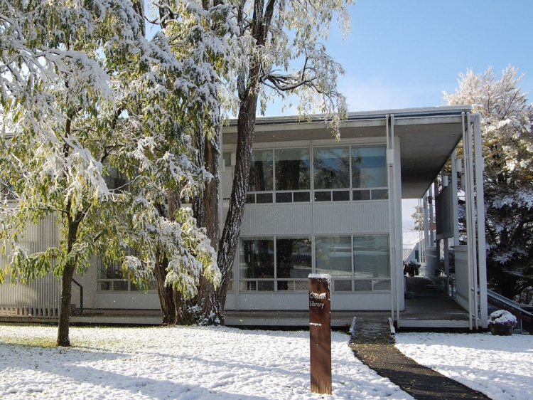 Thư viện Crossett mở cửa vào năm 1959 và là một ví dụ điển hình nhất của kiến trúc cận hiện đại. Crossett, kiến trúc sư người Ý sinh ra tại Pietro Belluschi đã hợp tác với Carl Koch và Sasaki Associates để hình thành nên một cấu trúc cân bằng giữa thiết kế cận hiện đại và thiết kế hiện đại tại trường đại học Bennington.