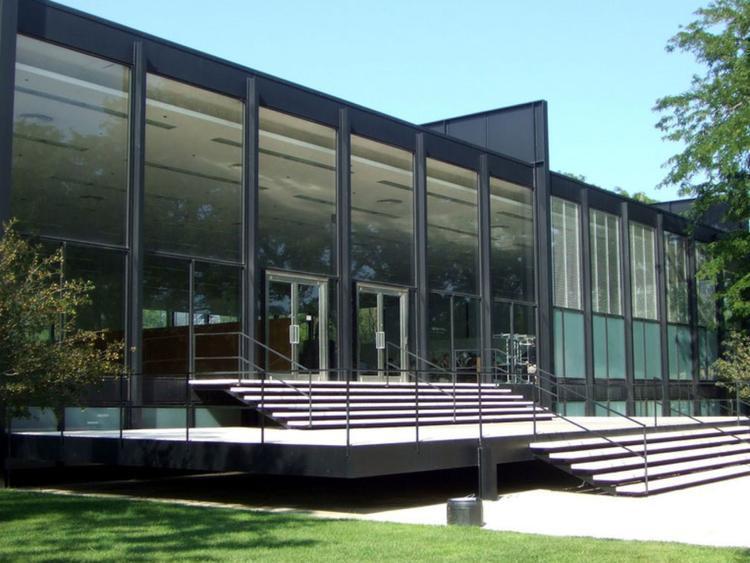 Hội trường S. R. Crown tại Viện Công nghệ Illinois là một trong những thành tựu tiêu biểu nhất của kiến trúc sư Ludwig Mies van der Rohe, được xây dựng vào năm 1956. Sàn chính của tòa nhà có diện tích 26.400 m2 có thể được sử dụng cho nhiều mục đích. Các cửa sổ kính lớn chiếm hầu hết diện tích tường, cho phép ánh sáng tự nhiên chiếu vào sảnh.