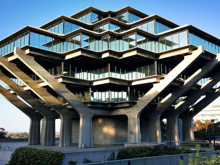 Thư viện Geisel của trường Đại học California, San Diego có thiết kế gần giống với một con tàu vũ trụ hơn là một nơi để học tâp. Thư viện được thiết kế bởi William Pereira và mở cửa lần đầu tiên vào năm 1970. Thư viện có 6 tầng (thực ra còn 2 tầng hầm nữa) và những tầng trên được xây chìa ra, trông khá hiện đại.