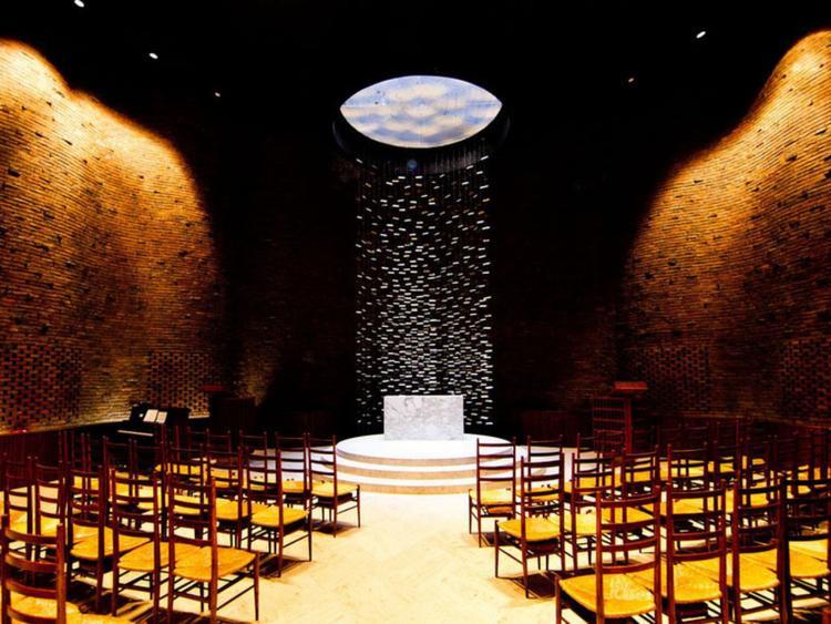 Nhà nguyện trong khuôn viên Học viện Kỹ thuật Massachusetts đã được xây dựng bởi Saarinenwent - kiến trúc sư người Mỹ gốc Phần Lan theo hướng phi truyền thống vào năm 1955. Tòa nhà được thiết kế với những bức tường gợn sóng, hoàn toàn không có cửa sổ. Thay vào đó, ánh sáng sẽ đi vào bên trong thông qua một điểm duy nhất là ô cửa mái vòm phía trên trần nhà. Từ đây, ánh sáng sẽ chiếu thẳng xuống bệ thờ bằng đá cẩm thạch ngay bên dưới, ở vị trí trung tâm của nhà nguyện, tạo nên một cảnh tượng tâm linh lộng lẫy.