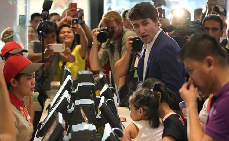 Đến Philippines, Thủ tướng Canada điển trai lại gây bão khi đi mua gà rán