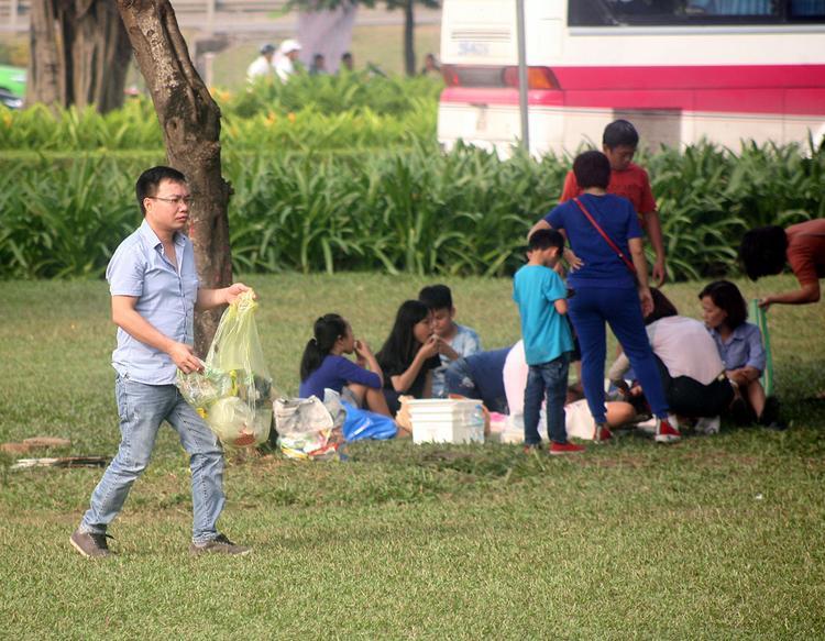 Chụp ảnh mùa kỷ yếu: Đã cố tìm nơi vắng vẻ, nào ngờ đến công viên Yên Sở cảnh tượng vẫn đông ngộp thở