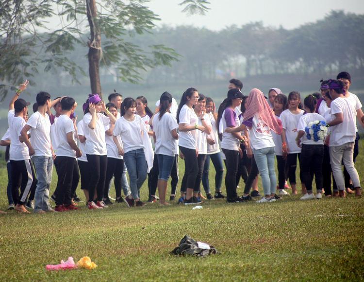 Nhóm bạn trẻ chụp kỷ yếu tại công viên Yên Sở. Một số bạn phải lấy khăn trùm đầu vì nắng nóng.