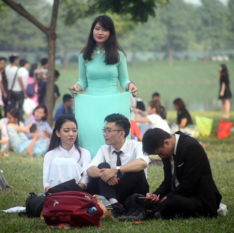 Cố tình tránh cảnh đông đúc, sinh viên tìm đến công viên rộng lớn nhất Hà Nội chụp ảnh nhưng vẫn phải ngán ngẩm khi hậu cảnh chỉ thấy người là người.