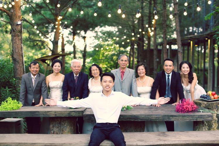Bởi vậy, ngay sau khi đăng tải trên trang cá nhân, bộ ảnh cưới tập thể 3 thế hệ gia đình khiến ai nấy đều phải trầm trồ, ngưỡng mộ.
