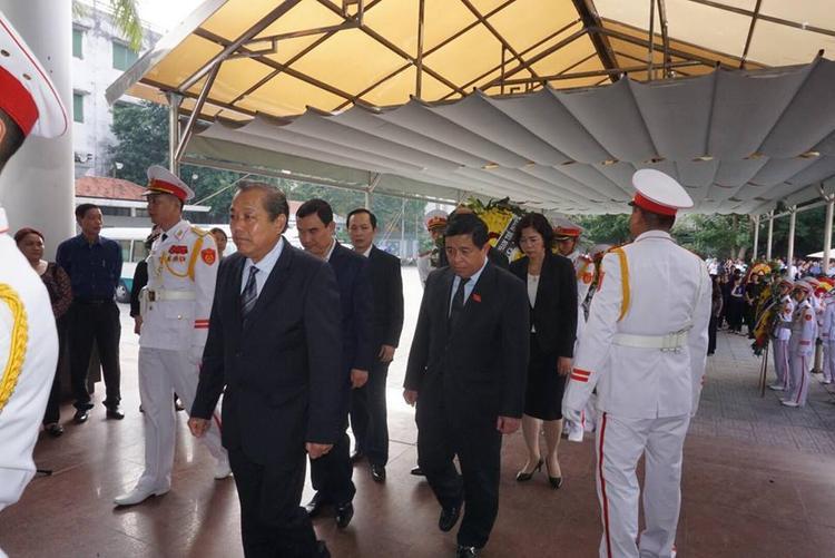 Phó Thủ tướng thường trực Trương Hoà Bình đến viếng.