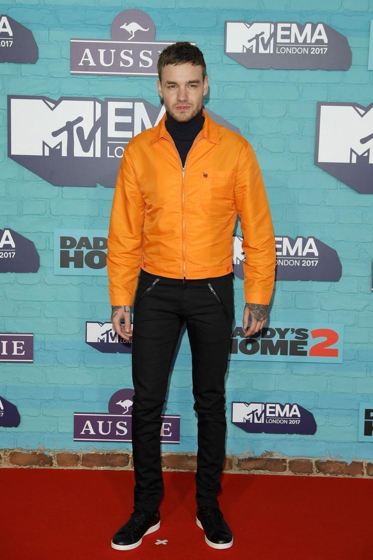 Liam Payne chọn một set đồ cực kì đơn giản, điểm nhấn duy nhất là chiếc jacket màu vàng bắt mắt.
