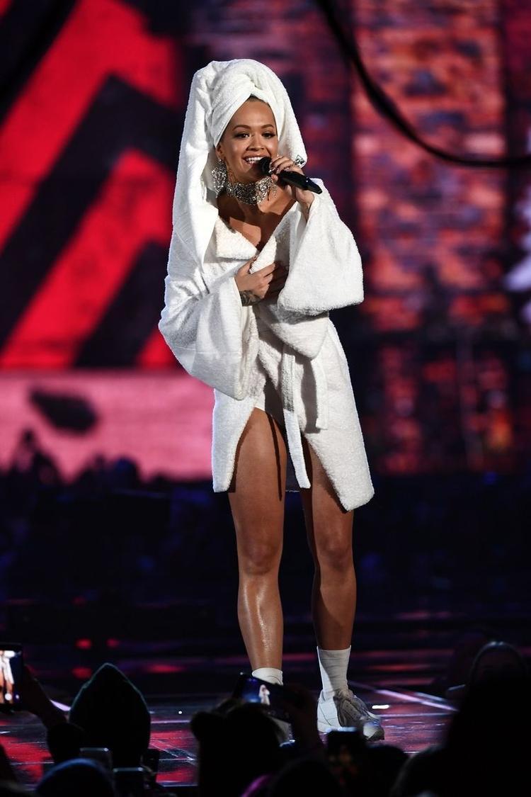 Rita Ora yêu thích bộ trang phục này đến nỗi phải thay ngay một chiếc áo choàng tắm khác sexy hơn cho hợp với sân khấu biểu diễn.