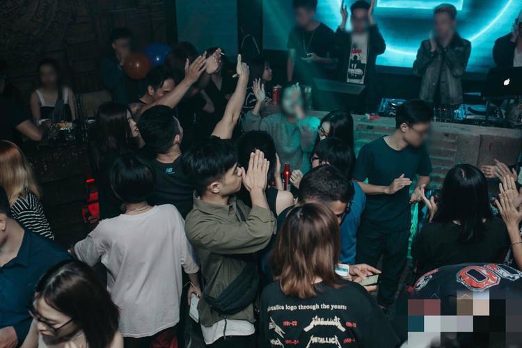 Giới trẻ đi bar rất sang chảnh nhưng nhiều người trong số đó đi bar để phục vụ sở thích sống ảo - (Ảnh minh hoạ)