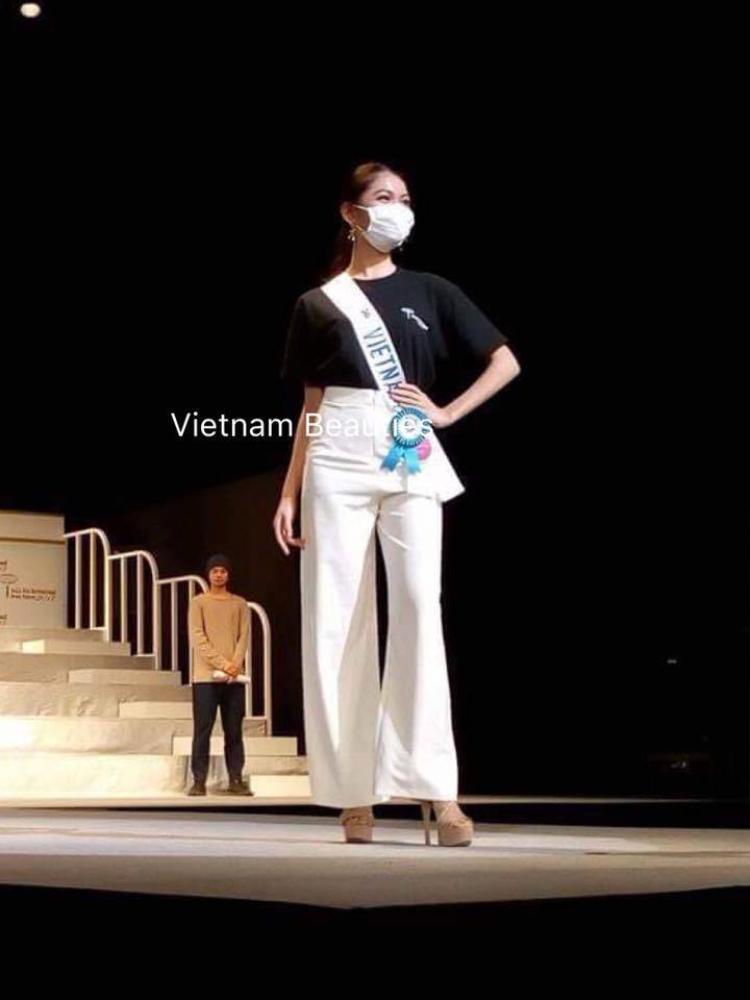 Dù vẫn chưa khỏi hẳn bệnh thủy đậu và phải đeo khẩu trang nhưng Á hậu Thùy Dung vẫn rạng rỡ trong buổi tổng duyệt cho chung kết.