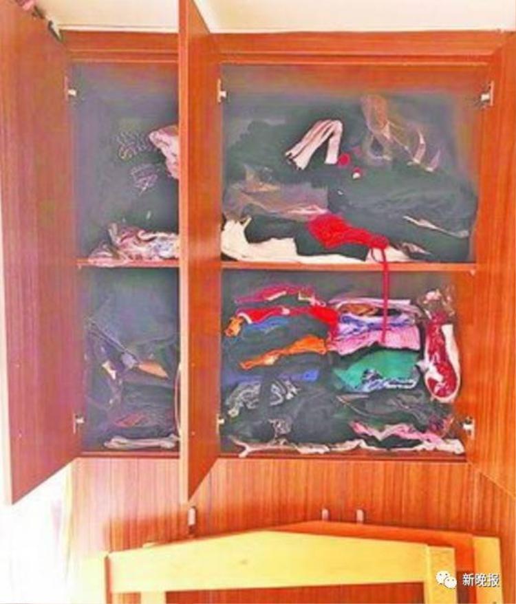 Quần áo nhiều đến mức còn không thể đóng được cửa.