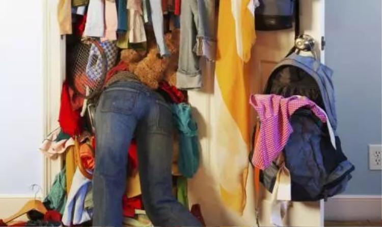 """Mỗi lần tìm đồ để mặc, vợ anh luôn rất """"vất vả""""."""