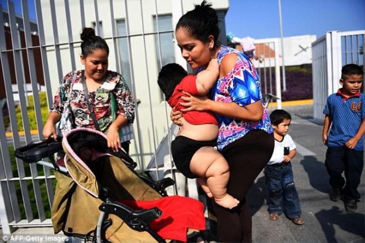 Hàng ngày, bố mẹ Luis thay nhau đưa con đến bệnh viện kiểm tra.