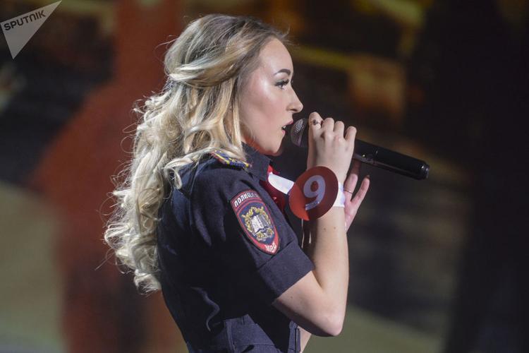 """Một nữ quân nhân Nga thể hiện phần thi tại """"Miss beauty and honor of St. Petersburg""""."""