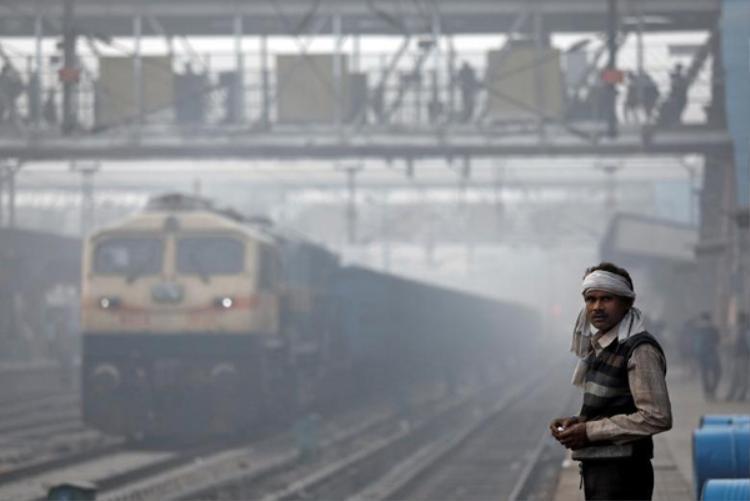 Khói mù ô nhiễm bao trùm Ấn Độ không khác gì phòng khí độc, nhiều trường học phải đóng cửa