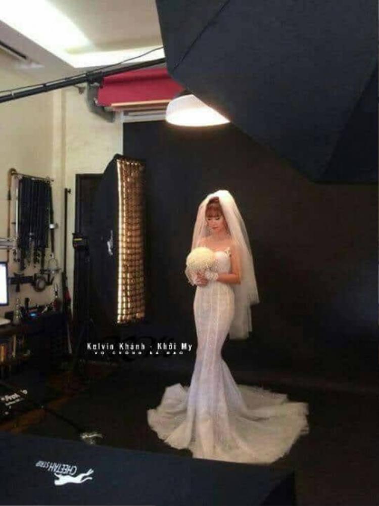 Nữ ca sĩ 27 tuổi vô cùng xinh đẹp khi khoác lên mình bộ váy trắng tinh khôi, khoe khéo đường cong cơ thể quyến rũ.