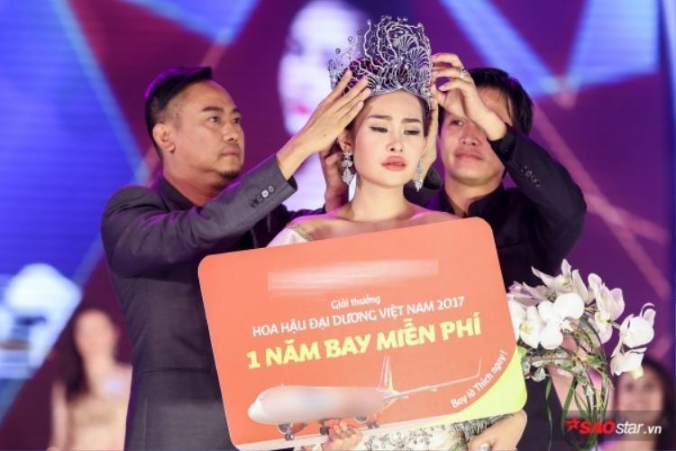 NTK Võ Việt Chung - Trưởng BTC trao vương miện cho tân Hoa hậu Đại dương Lê Âu Ngân Anh trong đêm chung kết.