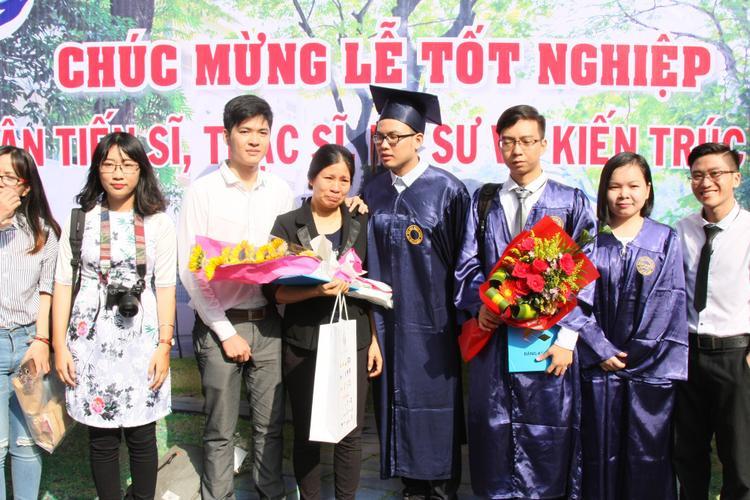 Cô Cao Thị Thùy Trang nhận bằng tốt nghiệp danh dự ngành kiến trúc thay cho con gái Nguyễn Dạ Trầm. Ảnh: Tuổi Trẻ.