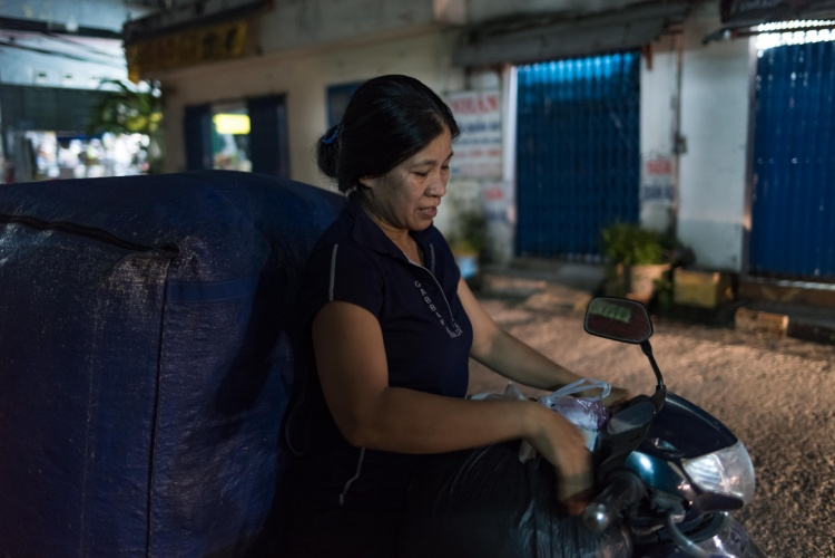 Cô Trang mỗi ngày phải chở gần chục bao đồ khổng lồ đến chỗ bán. Bắt đầu từ chiều và chỉ kết thúc khi tối muộn.
