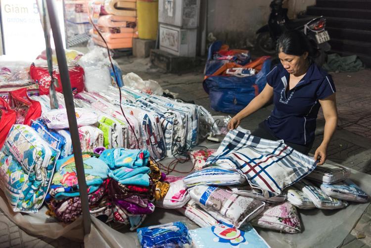 Tạm gác lại nỗi buồn, người mẹ kiên cường mỗi đêm bán từng chiếc gối niệm để lo cho tương lai cho cô con gái nhỏ còn lại.
