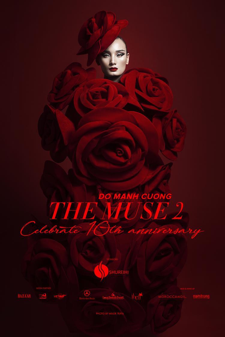 """Hình ảnh Lê Thúy - xuất hiện ma mị giữa những đóa hồng đỏ rực rỡ chính là poster chính thức của show """"The Muse 2"""", kỷ niệm 10 năm làm nghề của Đỗ Mạnh Cường."""