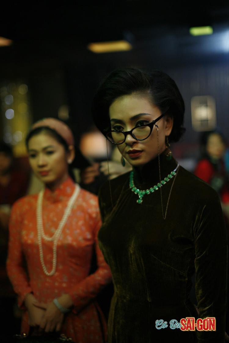 Áo dài chất liệu nhung quý phái được bà chủ nhà may Thanh Nữ diện trong những buổi tiệc.