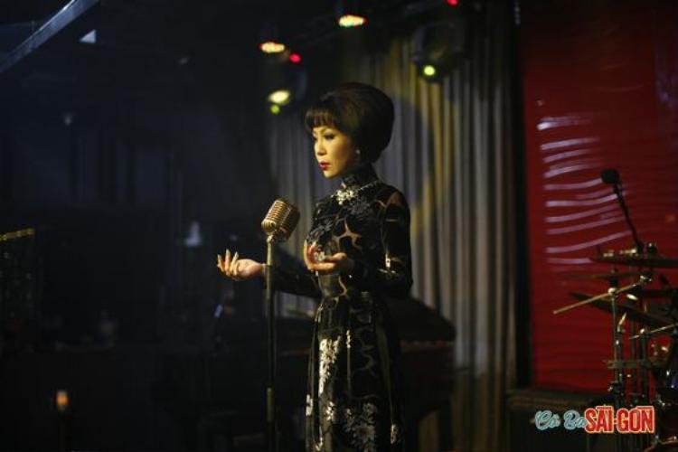 Áo dài với họa tiết cầu kì được cô MC phòng trà diện lên sân khấu. Lối trang điểm đậm ấn tượng, cùng tóc cầu kỳ của thập niên 60 được khắc hoạ khá rõ nét trong cảnh quay này.