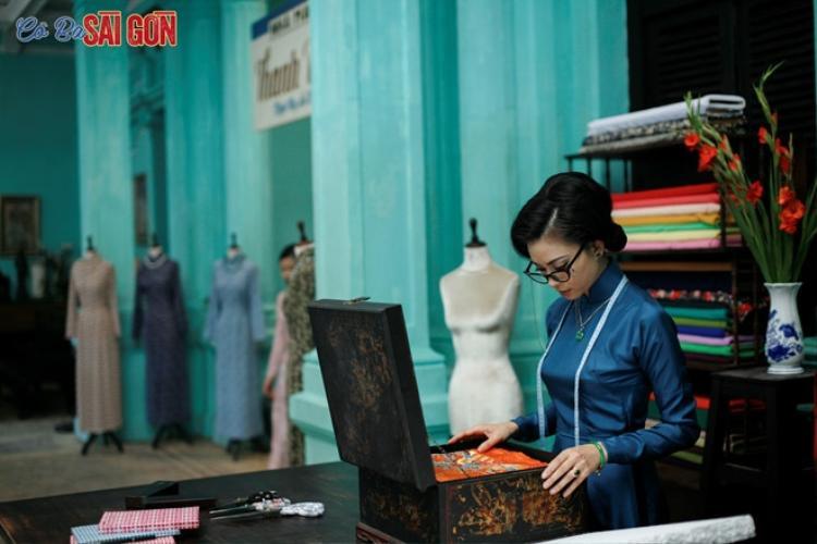 Ngô Thanh Vân trong phim với tà áo dài chất lụa màu xanh sậm mĩ miều.