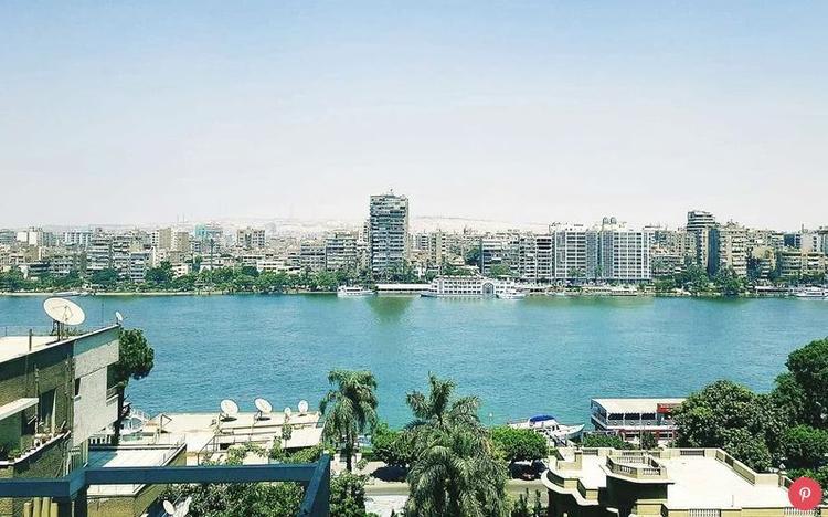 """Ai Cập: Khi tình trạng bạo lực trong nước giảm xuống, số lượng khách du lịch ở Ai Cập tăng 51% vào năm ngoái. Du khách có thể đến thăm các di tích cổ như Kim tự tháp Giza hoặc một những nơi hiện đại hơn, ví dụ như căn phòng """"la hét"""" tại một hiệu sách nổi tiếng."""